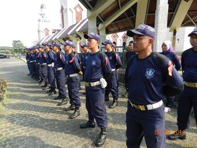 Anggota Satuan Pengamanan Masjid Agung At-Tin Disegarkan